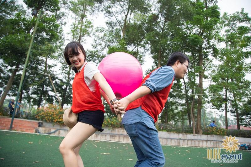 Trò chơi team building chuyền bóng về đích