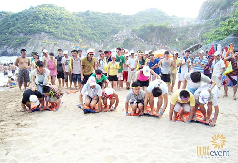Trò chơi team building trên biển Vượt Xe Tăng Trên Cát