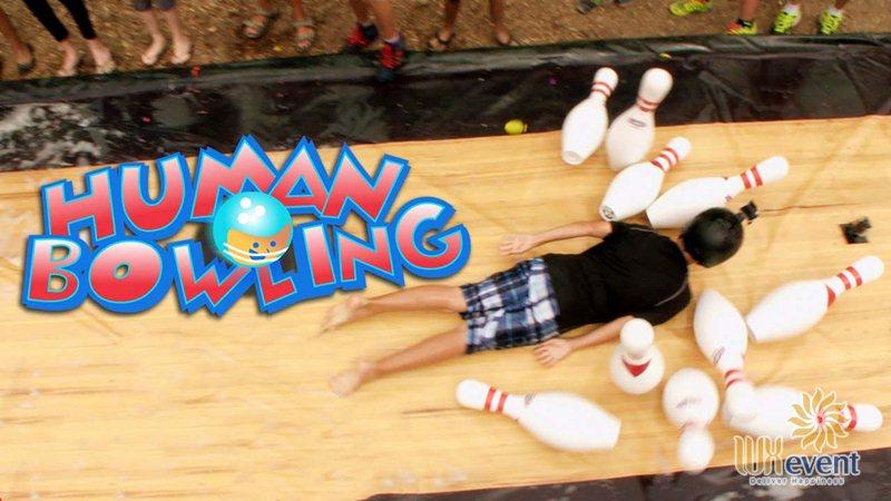 trò chơi team building trên bãi biển Bowling người