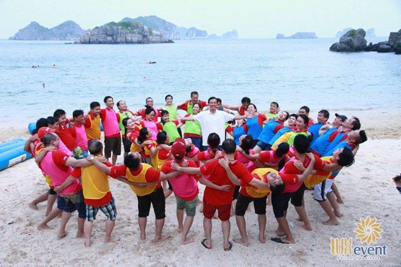 Trò chơi team building trên biển warm up Cá lớn cá bé