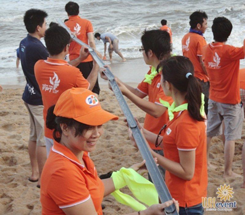 trò chơi team building ngoài biển dẫn nước về làng